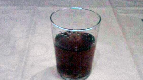 Fotografía de un vaso de agua marrón