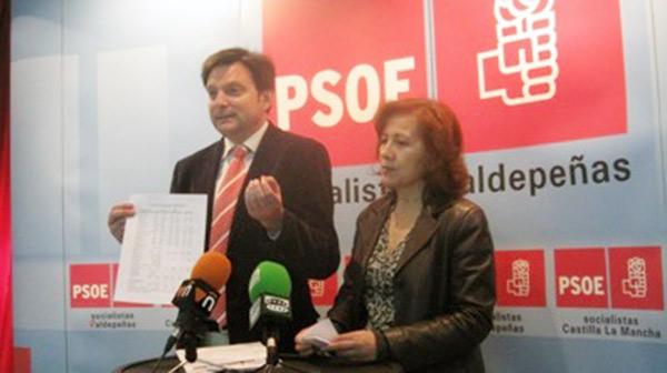 Fotografía de Felipe Rodríguez e Isabel Bernal en rueda de prensa